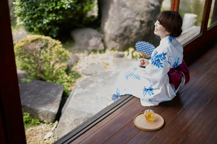縁側に座る浴衣の女性の写真素材 [FYI02422433]