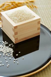 お盆とマスと米の写真素材 [FYI02422442]