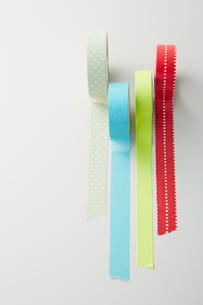 並んだカラフルなマスキングテープの写真素材 [FYI02422453]