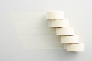 並んだ白いマスキングテープの写真素材 [FYI02422454]