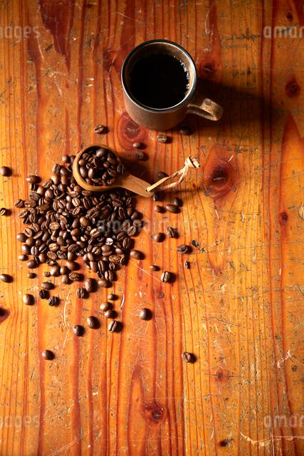 カップに入ったコーヒーとコーヒー豆の写真素材 [FYI02422472]