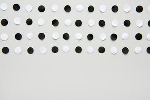 並んだ白と黒の丸い紙の写真素材 [FYI02422481]