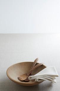 木の食器と布巾の写真素材 [FYI02422487]