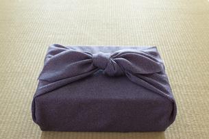 畳の上の風呂敷に包まれた贈り物の写真素材 [FYI02422537]