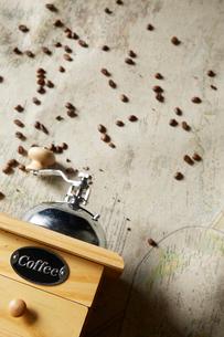 ミルとコーヒー豆の写真素材 [FYI02422546]