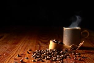 カップに入ったコーヒーとコーヒー豆の写真素材 [FYI02422551]