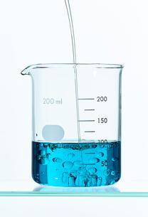 ビーカーに入った青い液体の写真素材 [FYI02422563]
