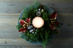 テーブルの上に置かれたお皿とクリスマス飾りの写真素材 [FYI02422570]