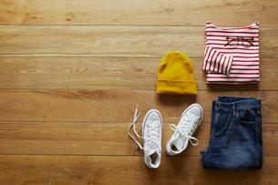 床の上に置かれたカジュアルスタイルの服の写真素材 [FYI02422574]