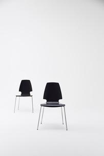 白背景に2脚の黒い椅子の写真素材 [FYI02422585]