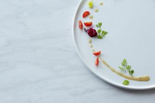 白いお皿に盛られた季節の前菜の写真素材 [FYI02422599]