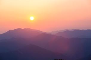 玉置神社から見た山々の夕景の写真素材 [FYI02423369]