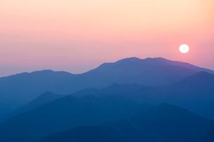 玉置神社から見た山々の夕景の写真素材 [FYI02423463]