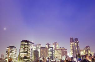 夜景の都市ビル群 東京都の写真素材 [FYI02425298]