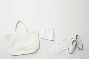 白色で揃えたファッション雑貨の写真素材 [FYI02425751]