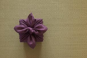 畳の上の風呂敷に包まれた贈り物の写真素材 [FYI02425763]