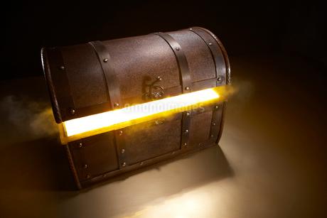 光輝く宝箱の写真素材 [FYI02426285]