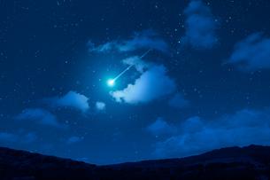 星空と雲と流れ星の写真素材 [FYI02426535]
