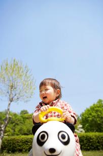 パンダの遊具で遊ぶ幼児の写真素材 [FYI02426712]
