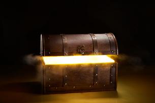 光輝く宝箱の写真素材 [FYI02426861]