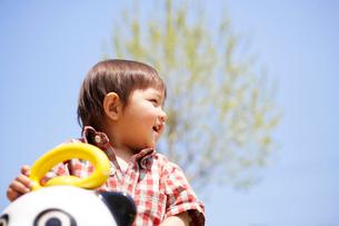パンダの遊具で遊ぶ幼児の写真素材 [FYI02426918]