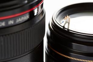 レンズの上に立つカメラマンの写真素材 [FYI02427645]