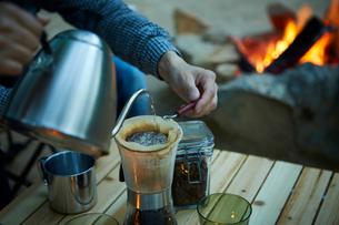 外でコーヒーをドリップする人の写真素材 [FYI02427749]