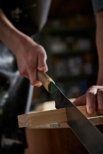 ノコギリで木材を切る人の写真素材 [FYI02427876]