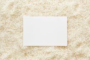 白米の上に置かれた白い紙の写真素材 [FYI02428186]