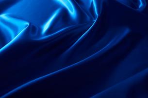 シルクの青い布のドレープの写真素材 [FYI02428241]