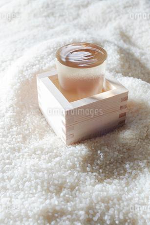 お米の上に置かれたお酒の写真素材 [FYI02428408]