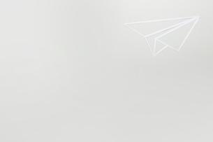 白い紙を切り抜いて作った紙ひこうきのイラスト素材 [FYI02428725]