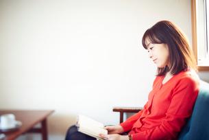 カフェにて本を読む女性の写真素材 [FYI02428754]