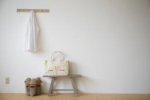 ベンチの上のカバンとシャツとスリッパの写真素材 [FYI02428972]