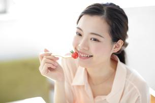 プチトマトを食べる若い女性のアップの写真素材 [FYI02430651]