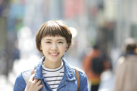 原宿を歩く若い女性の写真素材 [FYI02430850]