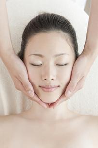 フェイスマッサージを受ける日本人女性の写真素材 [FYI02432314]