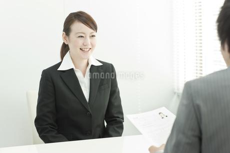就職活動中の日本人女性の写真素材 [FYI02432667]