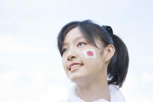 国旗のフェースペインティングした女子生徒の写真素材 [FYI02432761]