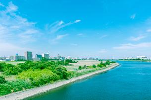 多摩川沿いに建つビル群の写真素材 [FYI02432961]