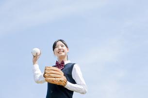 キャッチボールをする女子生徒の写真素材 [FYI02433030]