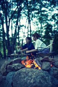 たき火のそばでコーヒーを淹れている二人の写真素材 [FYI02433083]