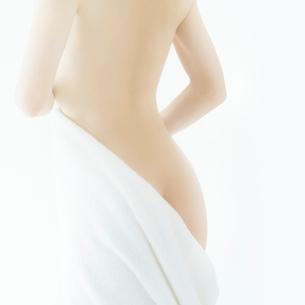 背中を見せる日本人女性の写真素材 [FYI02433139]