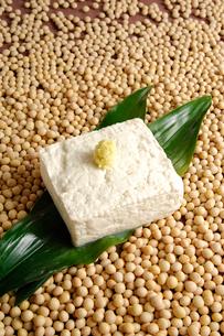 豆腐と大豆とハランの写真素材 [FYI02433465]