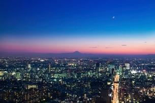 東京の夜景と富士山の写真素材 [FYI02434918]