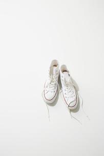 一足の白スニーカーの写真素材 [FYI02436149]