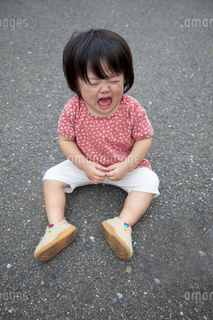 道ばたで泣く女の子の写真素材 [FYI02436253]