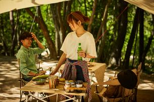 キャンプを楽しむカップルの写真素材 [FYI02436265]