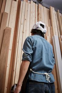 木材を選ぶ男性の後ろ姿の写真素材 [FYI02436363]