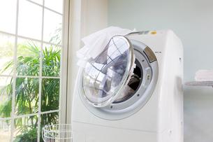 白いシャツとドラム式電気洗濯乾燥機の写真素材 [FYI02436741]